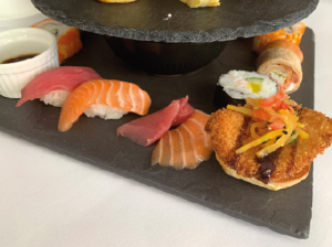 お寿司とチキンカツバーガ