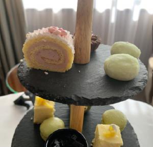 桜ストロベリー・ロールと餅ケーキ