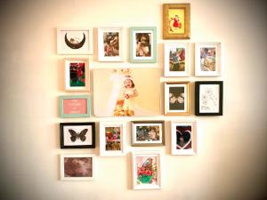センチメンタルなパパ作 壁一面の小葉子の写真:写真をランダムにかけ続けていく永遠の未完成